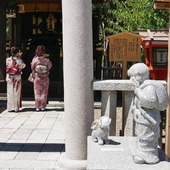 🇬🇧 In Kyoto a few details point out that we are still in an sad period, but still in a beautiful world ! 👘 Be safe and take care! ⛑💟 🇫🇷 A Kyoto quelques petits détails nous rappellent la triste période que nous vivons, mais toujours entourés de belles choses ! 👘 Soyez prudents ! 😷💕 . . #Kyoto #Japan #Japon #Kimono #Yukata #Japanese #Temple #Culture #japan_focus #japangram #japan_of_insta #japanphotography #japan_photo_now #japaneselife #japantravel #japantourism #japanesestyle #japanlover #japantrip