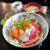 🇬🇧 Delicious sashimi (slices of raw fish) enjoyed at the fish market LaLaMew in the port of Iwaki 🐟 Yummy! 😋 next to Aquamarine aquarium. 🇫🇷 De délicieux sashimi (tranches de poisson cru) dégustés au marché aux poissons LaLaMew du port d'Iwaki 🐟 à 2 pas de l'aquarium Aquamarine. Miam! 😋 @Japan_Wonder_Travel#JapanWonderTravel #Japan #Japon #Iwaki #Fukushima #Sashimi #HopeFukushima #explorejapan #enjoyjapan #japangram #japanawaits #japanlife #japanculture #japanlover